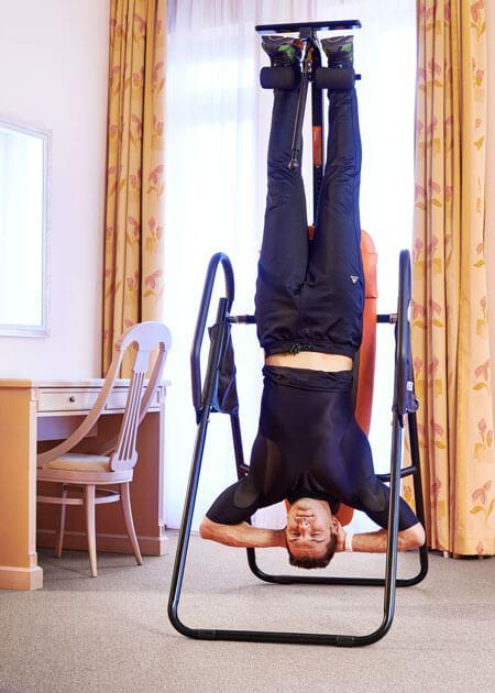Мъж тренира надолу с главата | Lejanki.bg